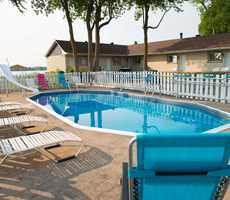 Motel with exterior swimming pool and a view on the St. Lawrence river